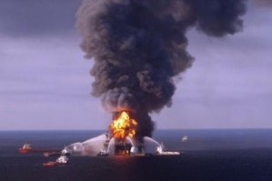 La chute d'une plateforme pétrolière provoque une marée noire dans le Golfe du Mexique
